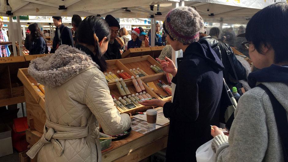 有限会社ブレーントラスト、代表・料理家の小野美穂さん。ベジドレは野菜が大好きになる魔法のドレッシング。お店の様子。いろいろな味を試したい人たちで行列ができ、商品があっという間にはけていく。