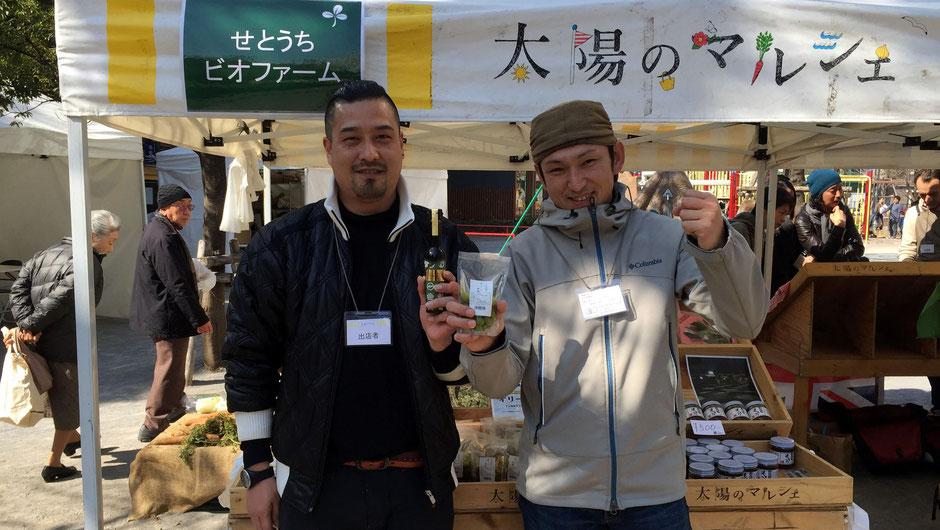 農業生産法人せとうちビオファーム、代表取締役の佐藤潤さん(写真左)。「ぜひ小豆島に、生産しているところを見にきてください。実際にご覧いただき、小豆島の良さを知ってほしいですね。」