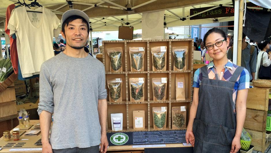 自然舎本舗の笹山健吾さんと薫さん。「いつもありがとうございます。これからも、精進していきたいと思います。」