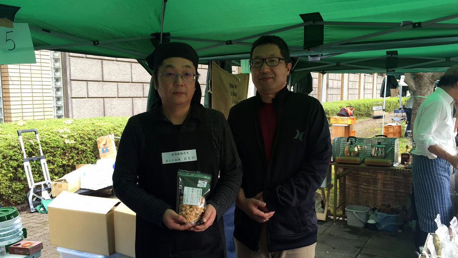 「Vege&Fork Market」(神奈川県川崎市麻生区)で出会った、あられ本舗おもやの、高橋重光さん(写真左)と弟さん(同右)。「ぜひ一度食べてみてくださいね。」