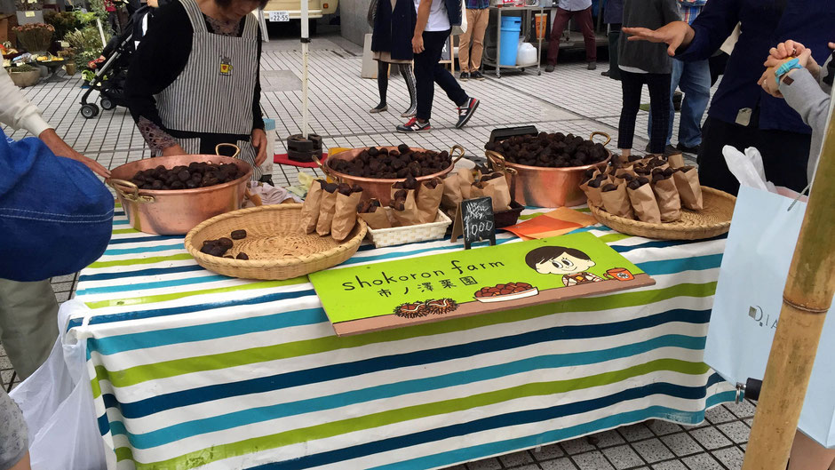 お店の様子。大きな銅鍋に盛られた、あふれんばかりの「焼き栗」はインパクトがある。