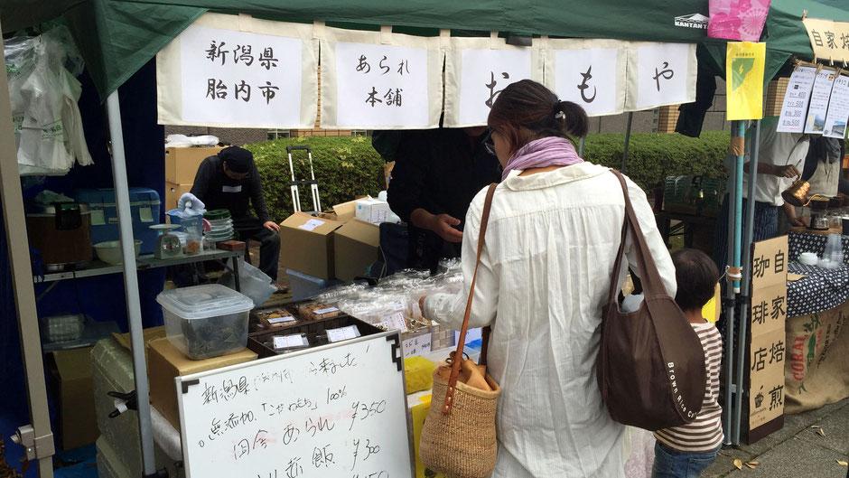 「Vege&Fork Market」(神奈川県川崎市麻生区)で出会った、あられ本舗おもやの、高橋重光さんです。お店の様子。お客さんが引いたところで、やっと収めることができた一枚。