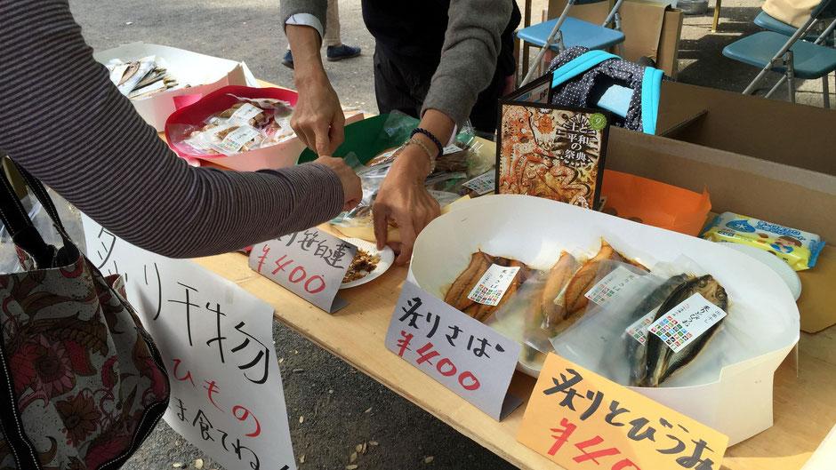 有限会社渡邊水産(島根県出雲市)いろいろな魚の味を試したくなる。説明を聞き、骨まで食べて、お客さんも感心しきりだ。