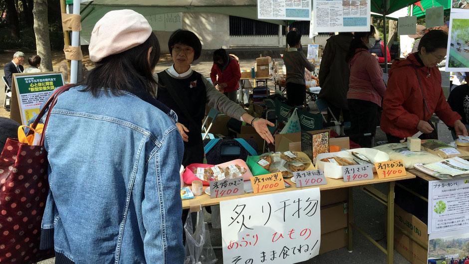有限会社渡邊水産(島根県出雲市)常務取締役の渡邊美和子さん。お店の様子。「炙り干物」の看板に、お客さんが吸い寄せられていく。