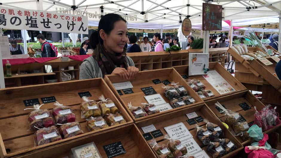 """「Farmer's Market @ UNU」(渋谷区神宮前)で出会った、DAUGHTER BOUTIQUE(ドーター ブティック)、代表、ウェルネスフード研究家の堀川久美子さん。「""""しっとり""""、""""もっちり""""としたマフィンを、とにかく食べてみてください。」"""