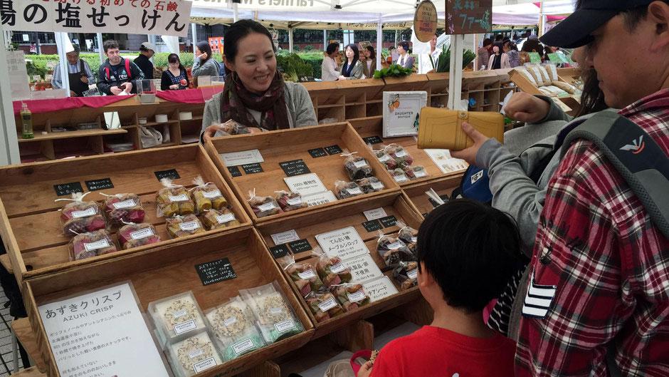 DAUGHTER BOUTIQUE(ドーター ブティック)、代表、ウェルネスフード研究家の堀川久美子さん。お店の様子。大人はもちろん、子どもも、興味津々だ。