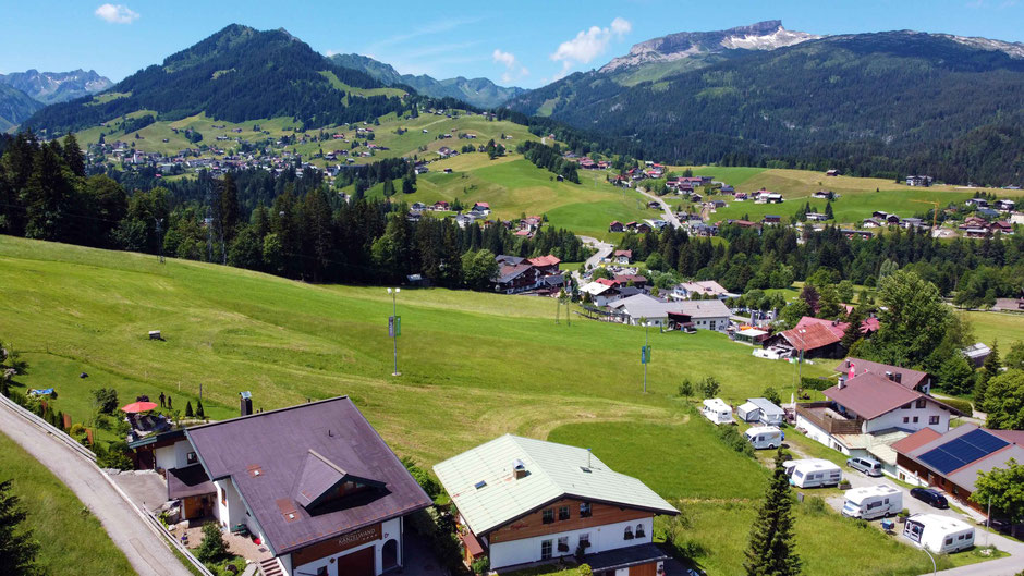 Ferienwohnungen Kanzelwand – Aufnahme mit Drohne – Wir, die Aussicht und die Berge