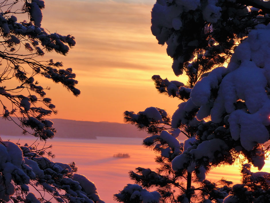 Tiefverschneite Winterlandschaft am See Finnland