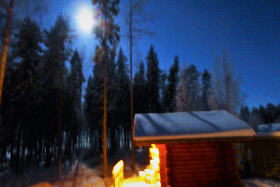 Polarer Wintermond Sauna Finnland