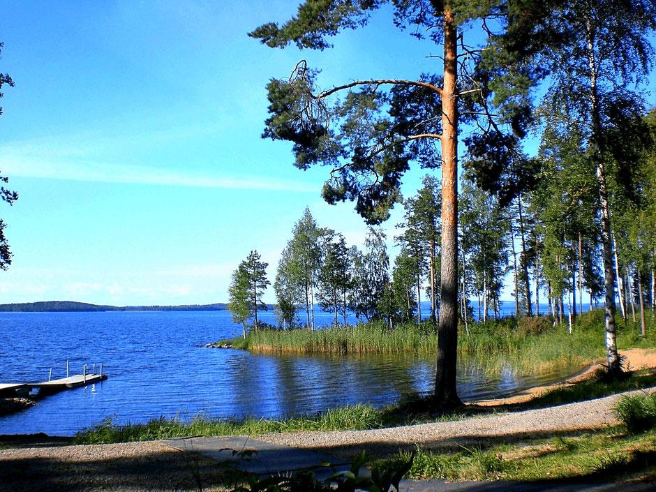 Sandstrand mit Steg. Insel Päijätsalo Finnland