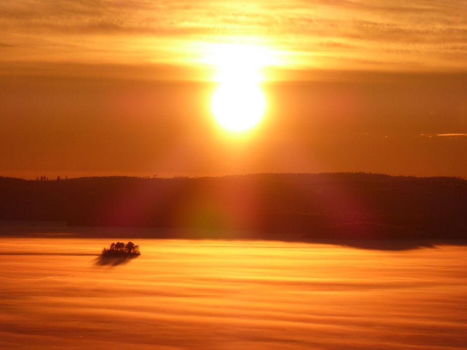 Sonnenuntergang am See Winter Finnland