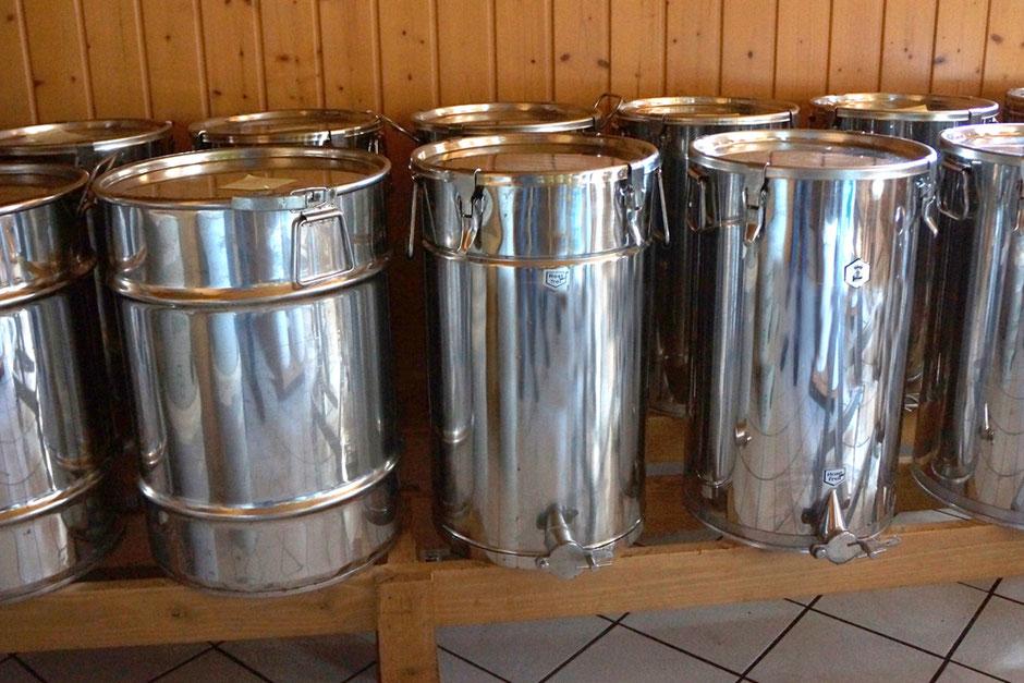 Unser Honig  wird  ohne Qualitätseinbuße  in Edelstahlbehälter gelagert