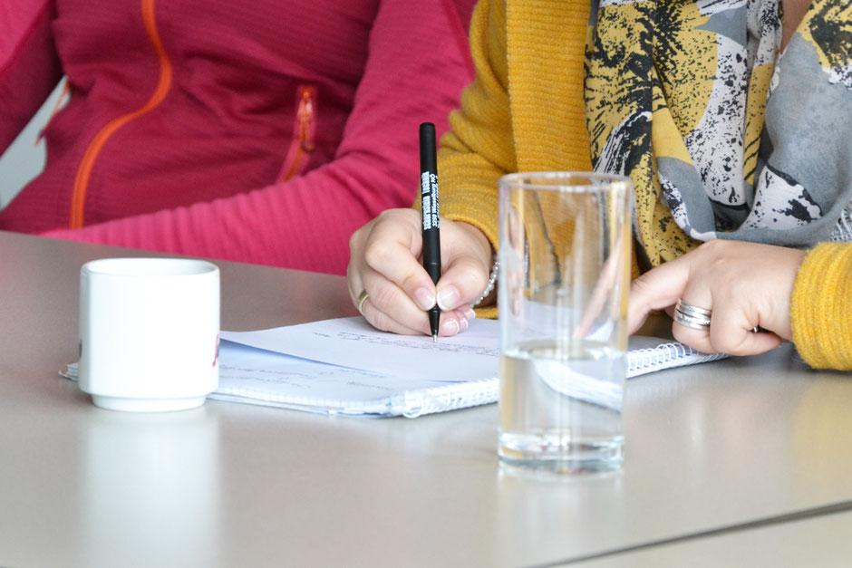 Die Teilnehmenden sind aufgefordert, fünf persönliche Stärken aufzuschreiben. (c) Maria Appenzeller