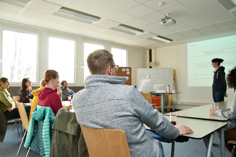Die Teilnehmer des Sportpsychologie-Seminars für Turnierreiter lauschen Referentin Catherine Gratzl. (c) Maria Appenzeller