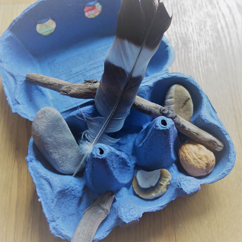 Eierkarton bemalt mit Holz, Stein, Nuss, Feder