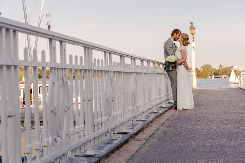 Hochzeitspaar an einer Brücke im Hafen