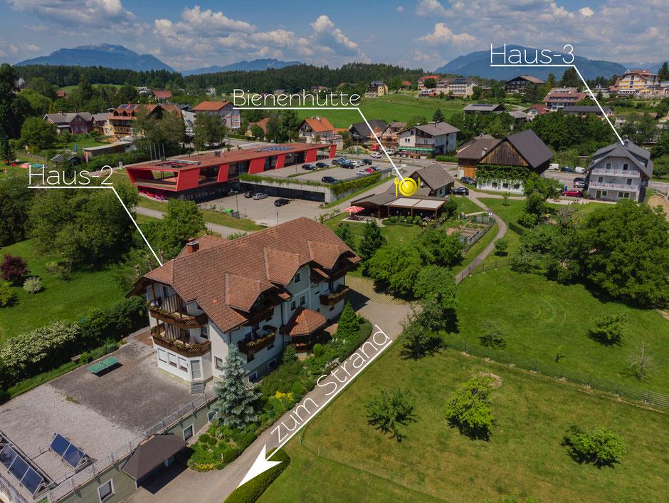 Unser Haupthaus mit Blick von oben. Dahinter mit den gelben Schirmen ist unser Gasthaus die Bienenhütte.