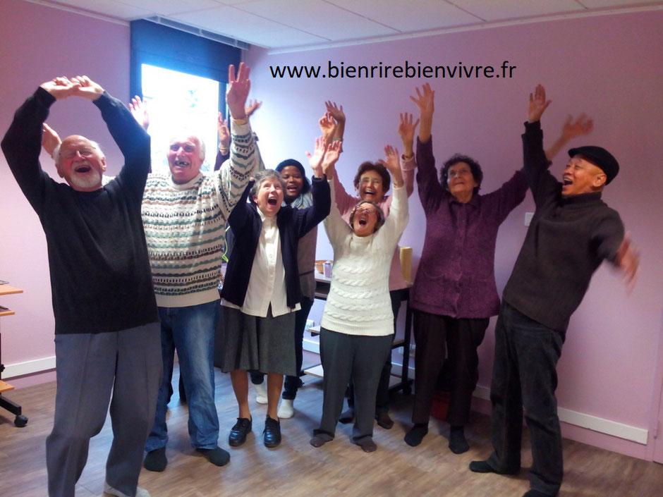 Personnes de l'Atelier y'a de la joie à Villeneuve Tolosanne le 26 février 2015, riant les bras en l'air