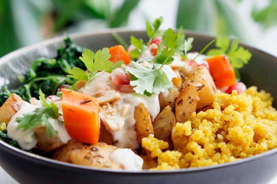 Gemüse-Quinoa Bowl mit Erdnuss-Dip | clean, vegetarisch & schnell zubereitet