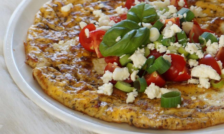 Fluffiges Kräuter-Omelett mit Mozzarella & Tomate