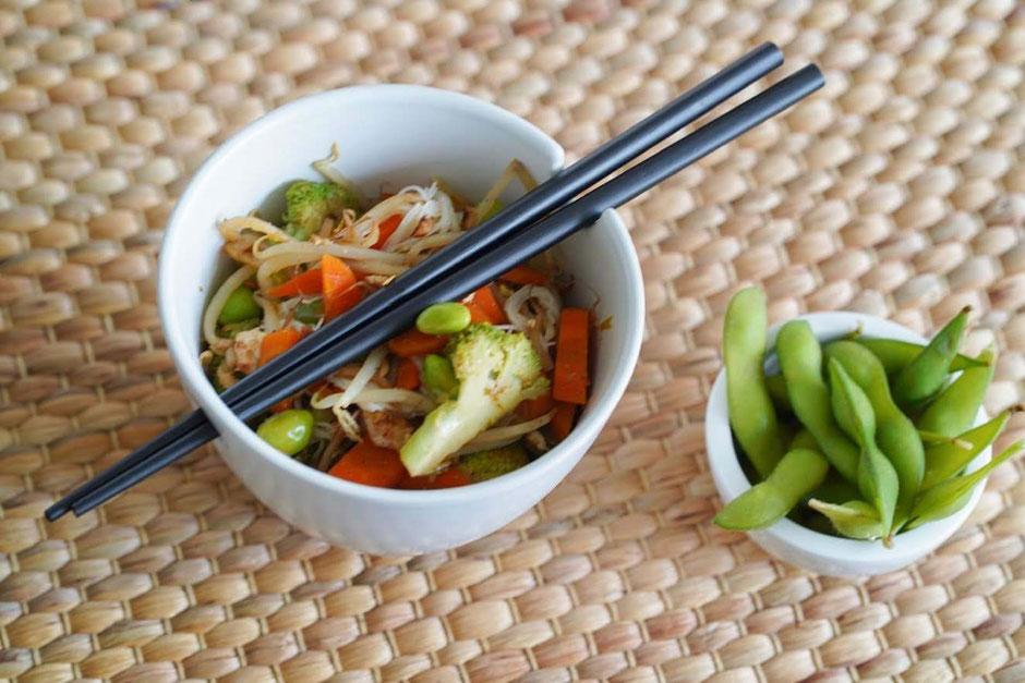 Asiatische Gemüsenudeln mit knusprigem Tofu| clean & schnell zubereitet
