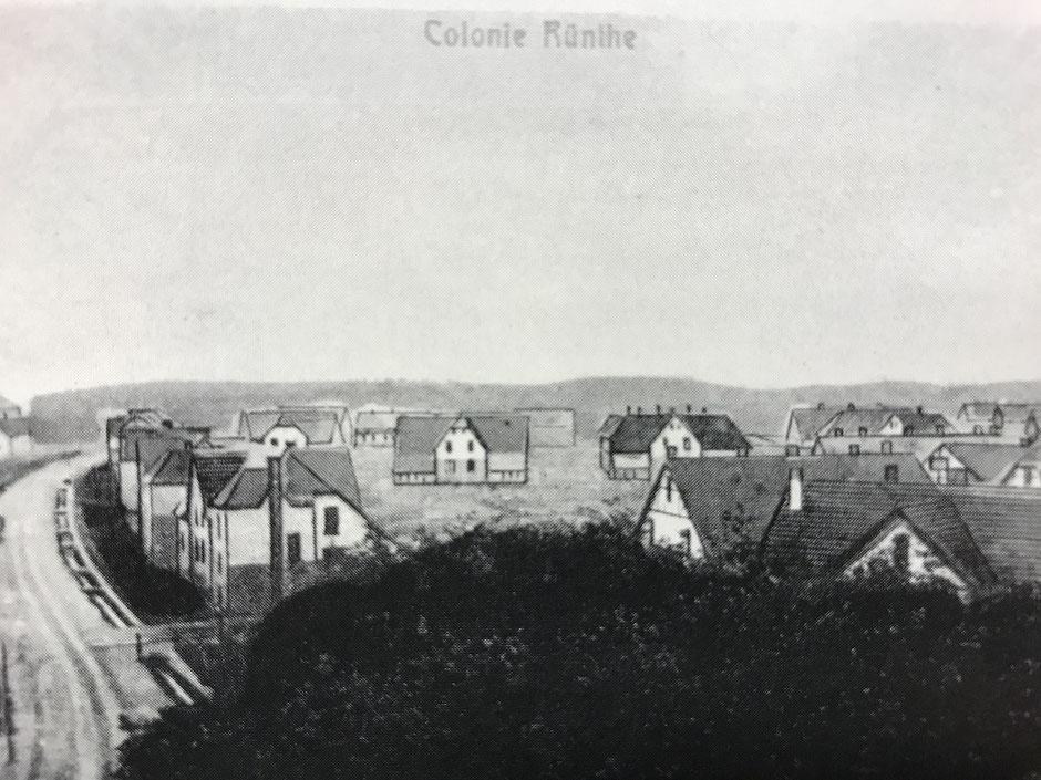 Diese ursprünglich colorierte Aufnahme entstand kurz nach dem Bau der ersten Zechenkolonie in Rünthe und zeigt den Hellweg sowie Häuser in der Glückaufstraße. (Bildnachweis: Archiv Peter Voß)
