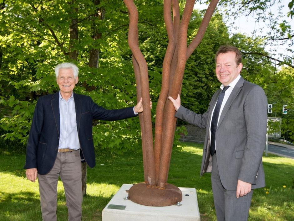 """Der Siegener Künstler Wolfram Gaffron (l.) und Bürgermeister Steffen Mues enthüllen die """"Windungen"""" aus Stahl, die eine Art stilisierte Baumkrone darstellen sollen. (Foto: Stadt Siegen)"""