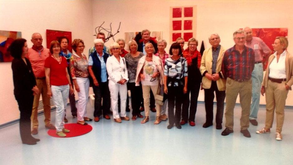 """Gruppenbild Mitglieder Kunstkreis Siegerland Ausstellung """"Keine Angst vor Rot"""""""