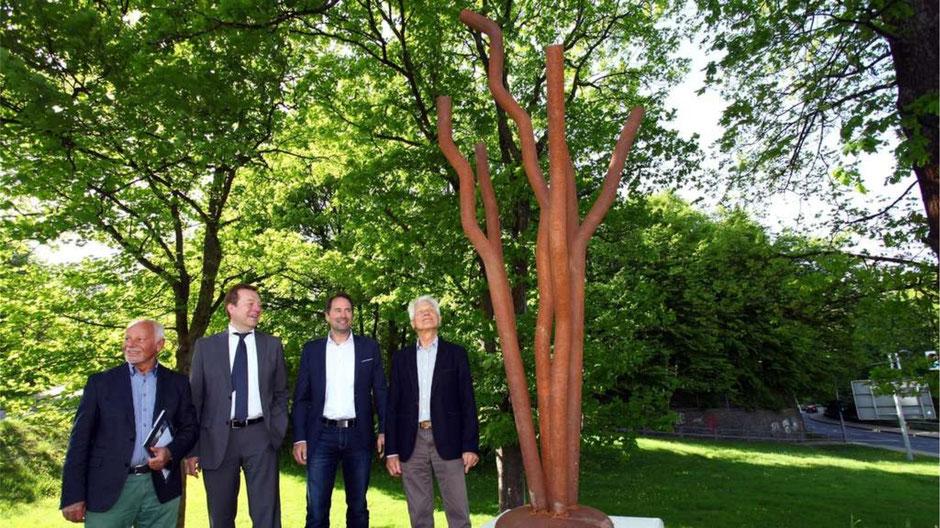 Haben sichtlich Freude an der neuen Skulptur: v.li. Martin Zielke, Bürgermeister Steffen Mues, Stadtrat Arne Fries und Wolfram Gaffron.© Thorsten Wroben