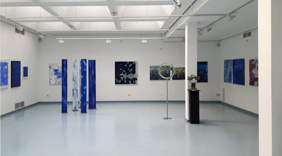 "Haus Seel, Ausstellung ""BLAU"" Kunstkreis Siegerland, Raum Erdgeschoss, Stelen von Reiner Olesch"