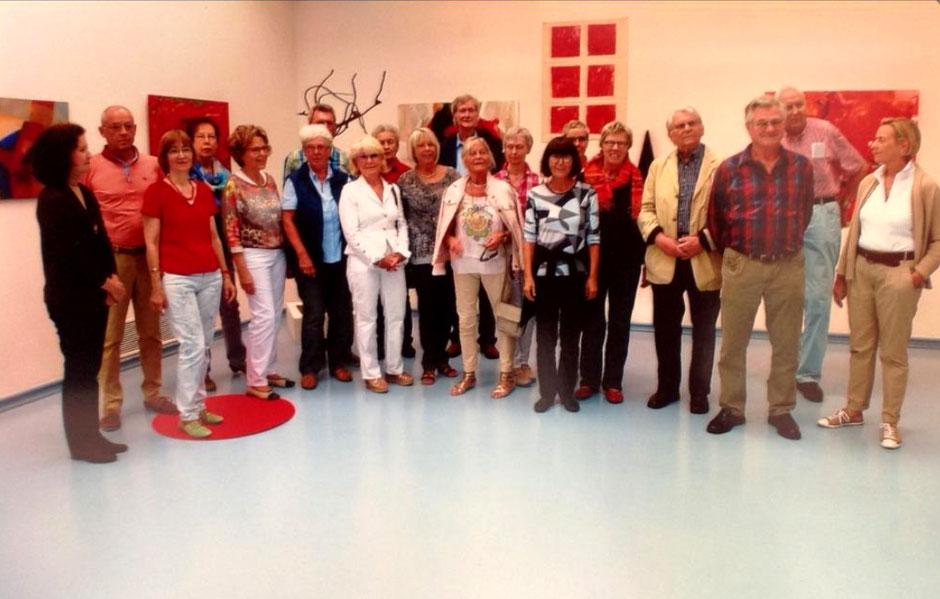 """20 Mitglieder des Kunstkreis Siegerland 2015 - Gruppenbild - zur Ausstellung """"Keine Angst vor Rot"""""""
