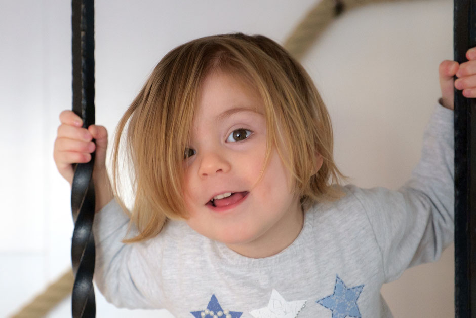 Kinderbild Fotograf Esslingen auf Treppe