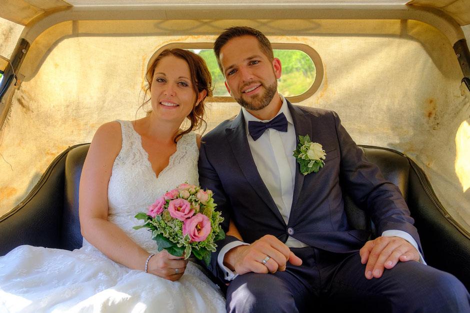 Brautpaar in Oldtimer Hochzeit Allmersbach und Remshalden