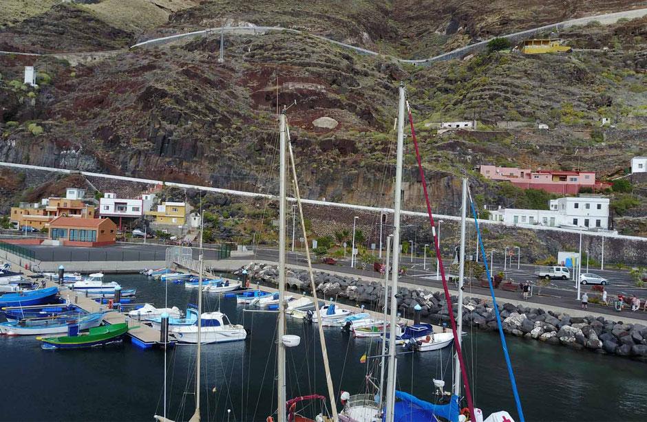 Puerto de la Estaca bietet sichere und relativ neue Anlegestege. Hafengebäude mit Duschgelegenheiten