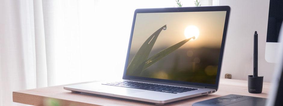 Lichtdurchfluteter Arbeitsplatz mit Laptop