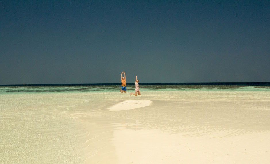 Happy jumps on a deserted island - Maldives - tavelbees - blog