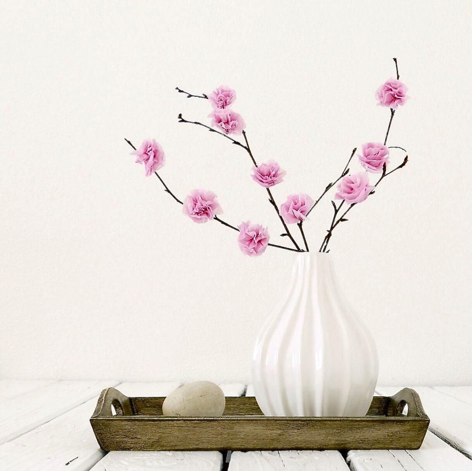 Birkenäste in der Vase mit rosa Blüten aus Papiertaschentüchern