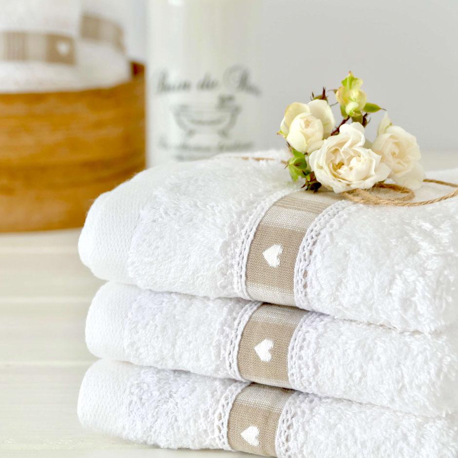Weisse Handtücher beige Borte weisse Herzen und Spitze