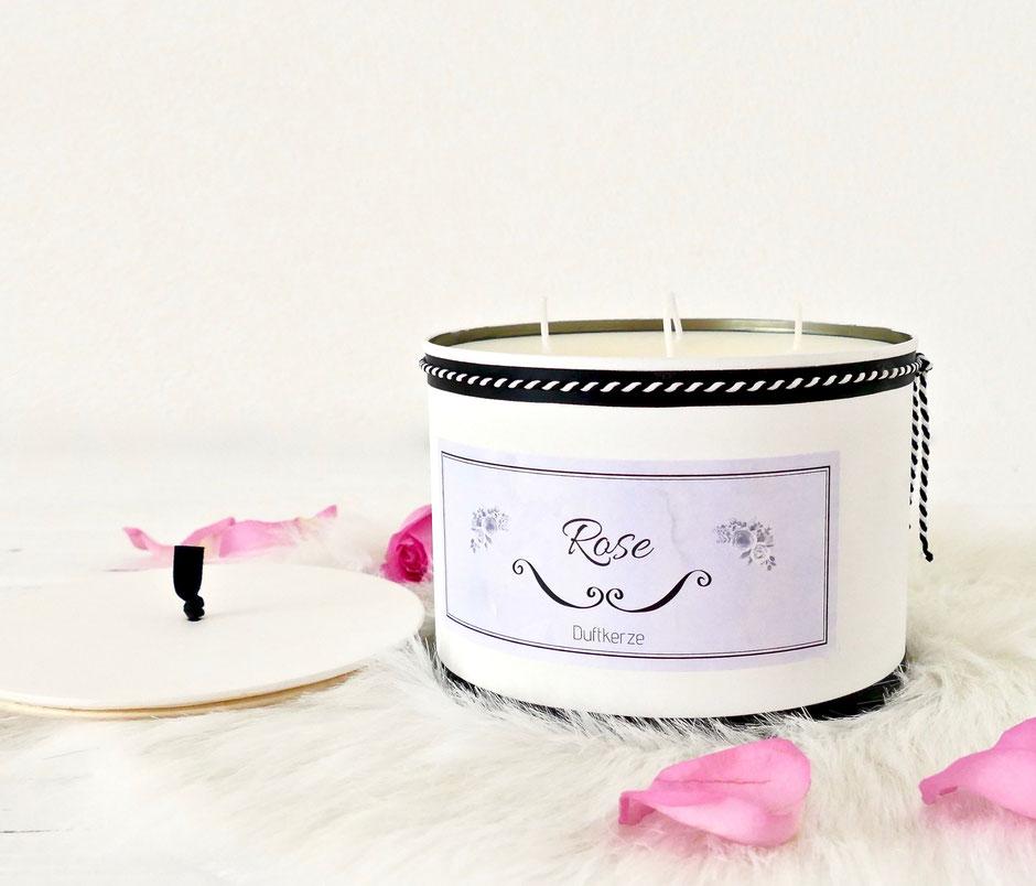 Duftkerze in der Dose mit Etikette Rose
