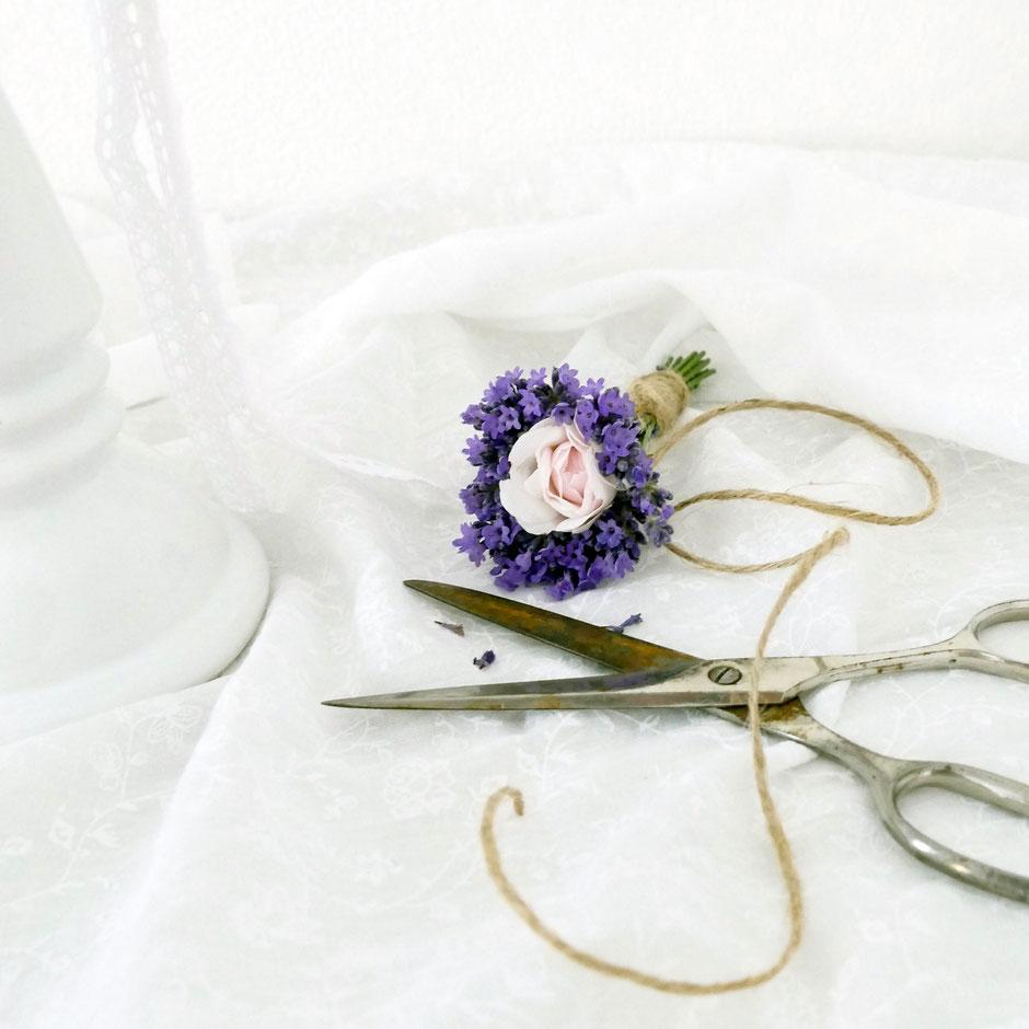 Sträusschen trocknen mit Lavendel und Rosen