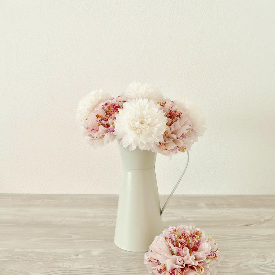 Bunte Blüten aus Servietten selber machen
