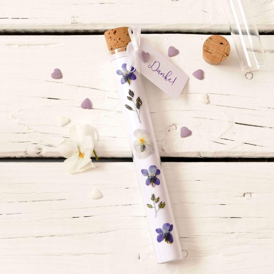 selber gemachte Verpackung Gutschein Reagenzglas mit selber getrockneten Blüten verziert