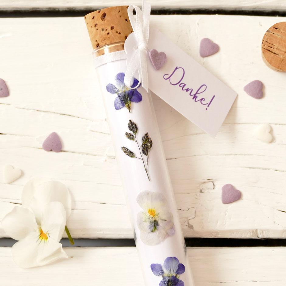 Getrocknete Blumen auf einem Reagenzglas mit Korkdeckel handgemacht