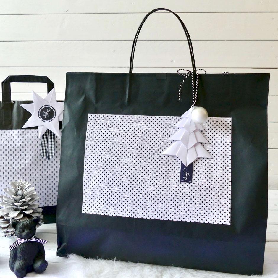 Recycling: Schwarze Papier Tragetasche mit Sternenmotiv und Geschenk Anhänger