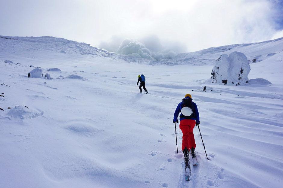Daisetsuzan-Tokachidake-backcountry-ski-guide-Japan-Hokkaido-trips-ski