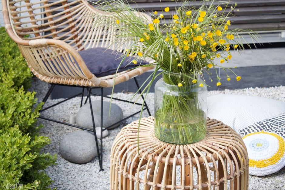dieartigeBLOG - Rattan-Stuhl, Rattan-Hocker Kies-Terrasse, Wiesenblumen, gelb