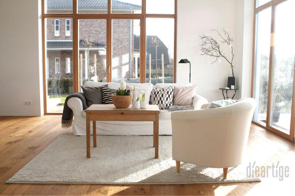 dieartigeBLOG - Wohnzimmer in Weiß, Rose, Grau und Schwarz, raumhohe Holzfenster, Eichenparkett