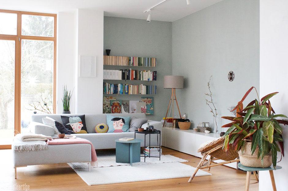 dieartigeBLOG - Wohnzimmer, die Sofaecke mit hellgrauem Sofa von Freistil, Slit Table und Kissen von Spira