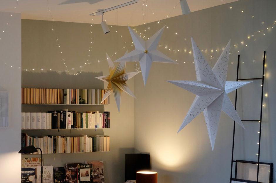 dieartigeBLOG - Wohnzimmer zu Weihnachten, Sterne, Lichterkette, Weihnachstdeko,