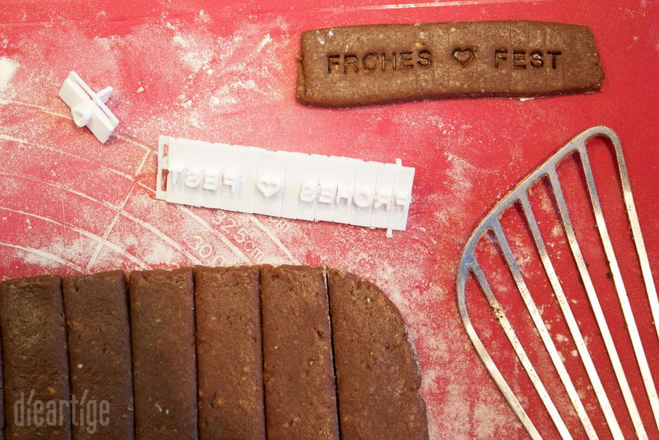 dieartigeBLOG - Honiglebkuchen in Streifen mit FROHES FEST-Stempel